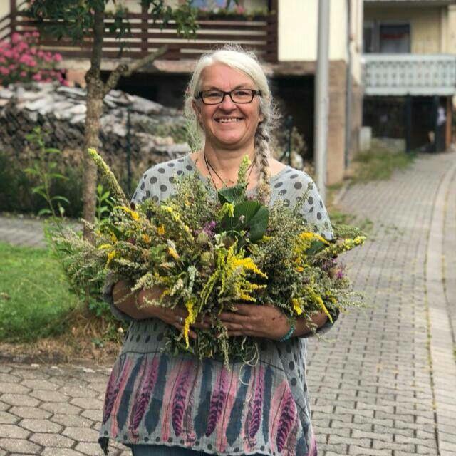 Gabriele Staab, sie sammelt die wilden Blütenessenzen für die Miracle Essences.